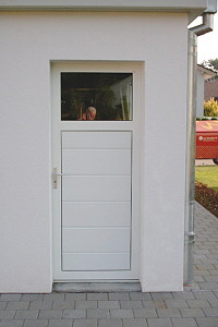 Eine ansichtsgleiche Garagennebentür der Heim & Ruf GbR aus St. Märgen
